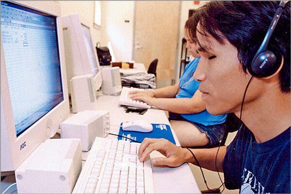 Слепой человек за компьютером