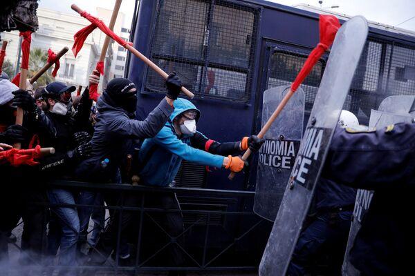 Столкновения демонстрантов с полицией во время демонстрации учителей в Афинах