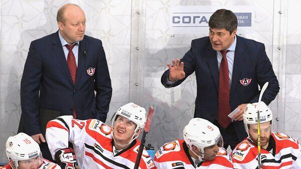 Главный тренер ХК Автомобилист Андрей Мартемьянов (справа)