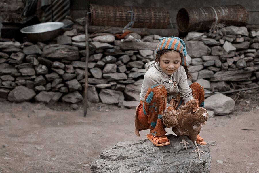 Непал, девочка с курицей, Гатланг, путешествие Red Nepal