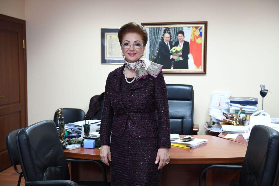 Главный акушер-гинеколог РФ  Лейла Адамян в своем кабинете