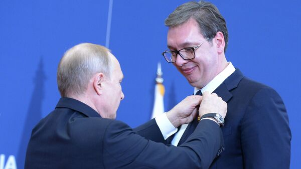 Президент РФ Владимир Путин вручает орден Александра Невского президенту Республики Сербии Александру Вучичу. 17 января 2019
