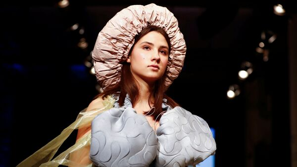 Модель на показе коллекции студентов колледжа моды в рамках Недели моды в Берлине
