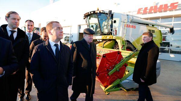 Председатель правительства РФ Дмитрий Медведев во время посещения машиностроительного завода КЛААС в Краснодаре