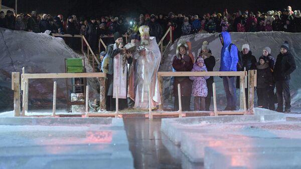 Освящение воды перед ночными крещенскими купаниями в поселке Тярлево, внутригородском муниципальном образовании в составе Пушкинского района Санкт-Петербурга