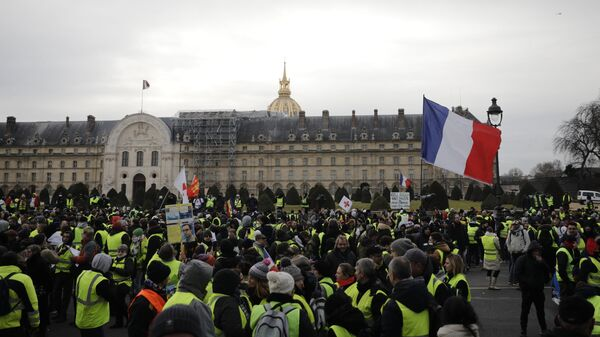 Участники протестной акции желтых жилетов в Париже. 19 января 2019