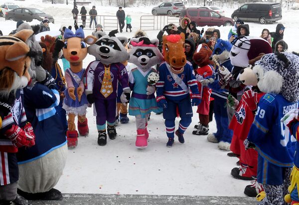 Талисманы клубов КХЛ посетили свадьбу енотов-талисманов детской хоккейной лиги
