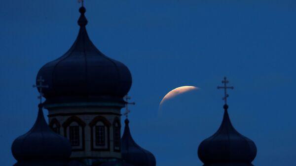 Лунное затмение в небе над селом Турец, Беларусь
