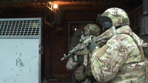 Сотрудники ФСБ РФ во время операции по задержанию лиц, причастных к осуществлению сбора и переправки денежных средств на нужды международной террористической организации Исламское государство*