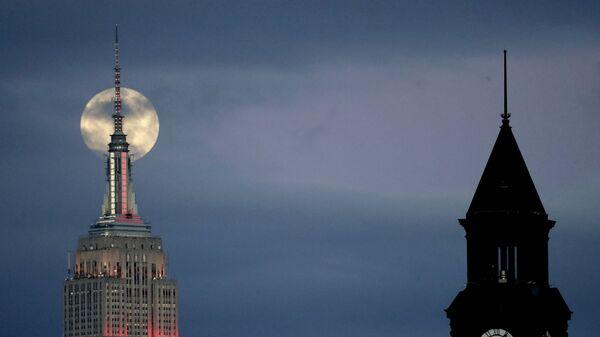 Лунное затмение в небе над Джерси-Сити, США