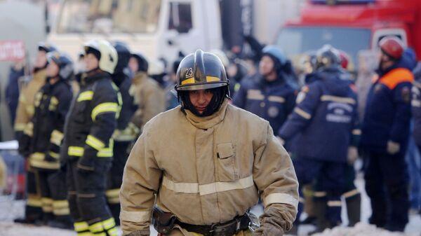 Сотрудник МЧС РФ на месте обрушения одного из подъездов жилого дома в Магнитогорске