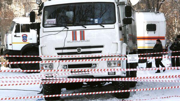 Автомобили МЧС России на месте обрушения одного из подъездов жилого дома в Магнитогорске, где произошел взрыв бытового газа. 1 января 2019