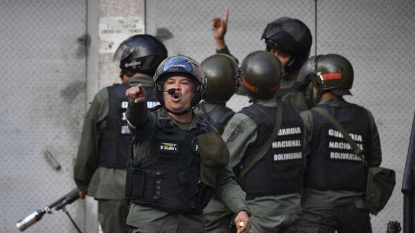 Военнослужащие Боливарианской национальной гвардии во время протестов в Каракасе, Венесуэла