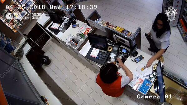 Обвиняемая в убийстве своих детей женщина делает покупки. Съемка камеры слежения