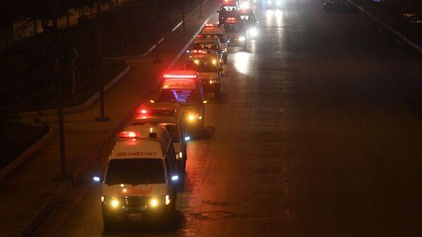 Машины скорой помощи с телами погибших в ДТП с участием грузовика и автобуса в Пакистане