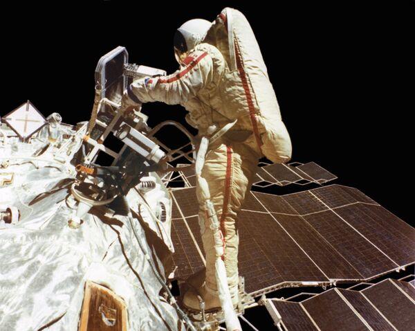 Летчик-космонавт СССР, Герой Советского Союза Светлана Савицкая в открытом космосе