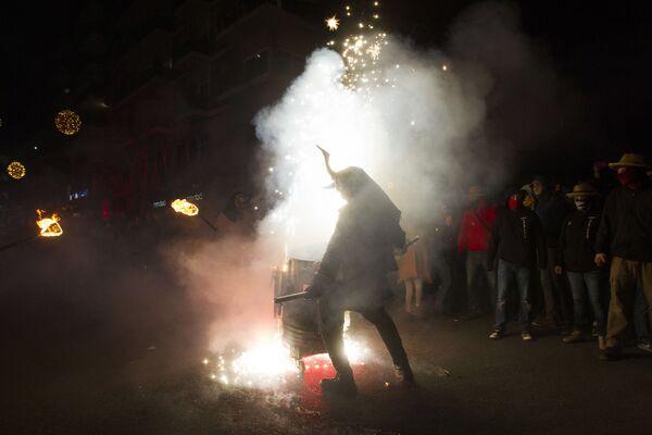 Участник фестиваля Correfoc в костюме демона в Пальма-де-Мальорке, Испания