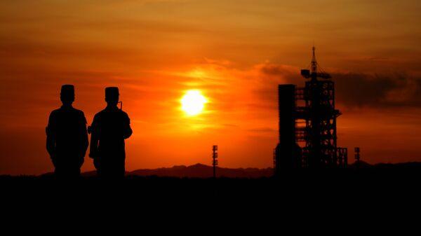 Китайские солдаты охраняют периметр космодрома Цзюцюань