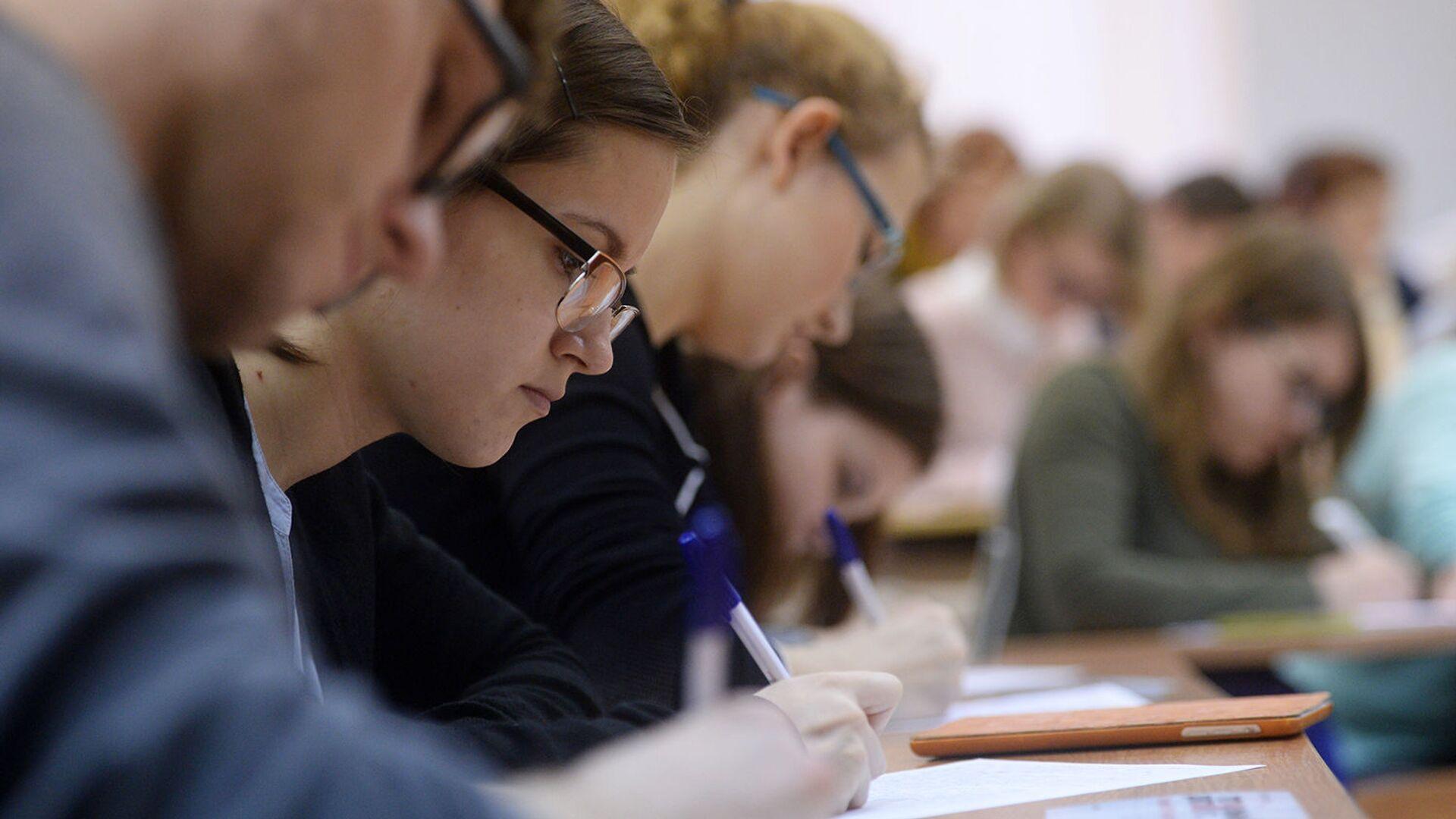 Студенты в аудитории во время занятий - РИА Новости, 1920, 14.09.2021
