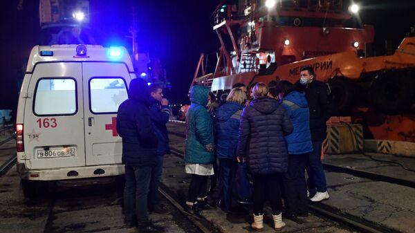 Медицинские работники в торговом порту Керчи, куда доставлены моряки, пострадавшие в результате пожара на судах в Керченском проливе