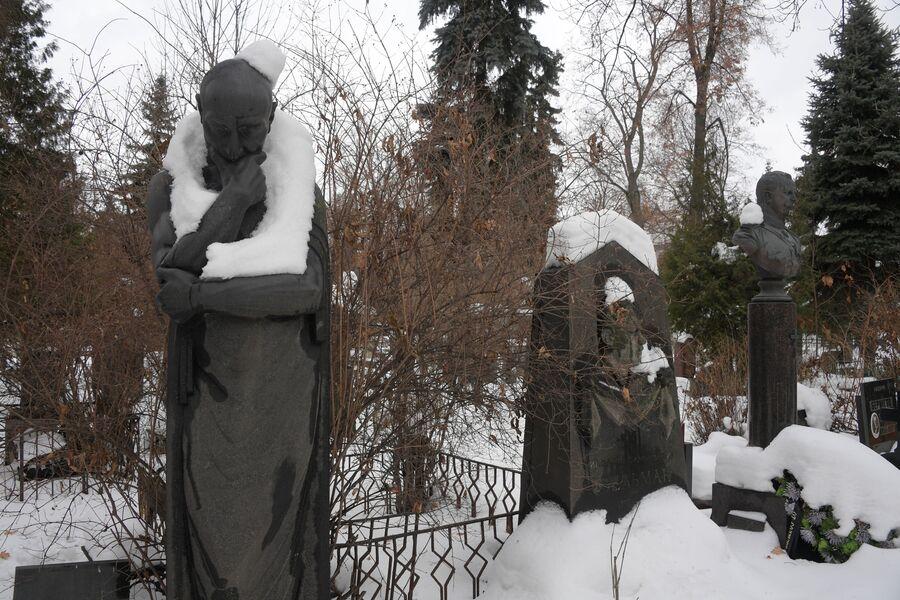 Скульптура Мысль на могиле Сергея Меркурова