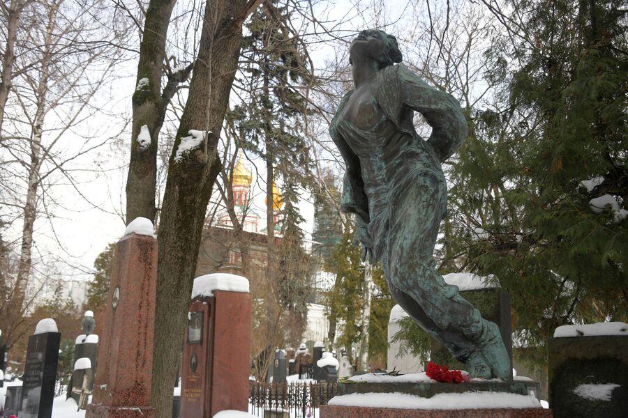 Памятник Зое Космодемьянской на Новодевичьем кладбище
