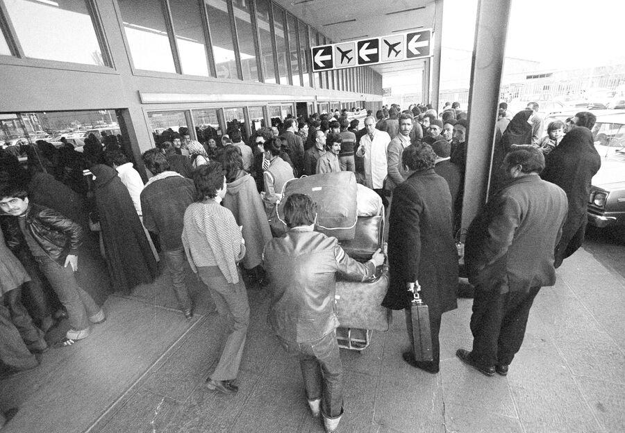 Пассажиры у входа в терминал вылета аэропорта Тегерана