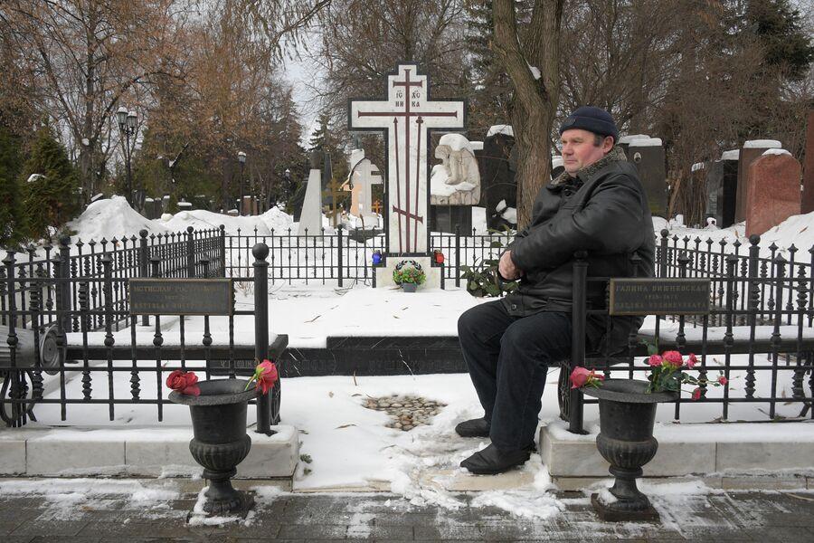Антон у могилы Галины Вишневской на Новодевичьем кладбище