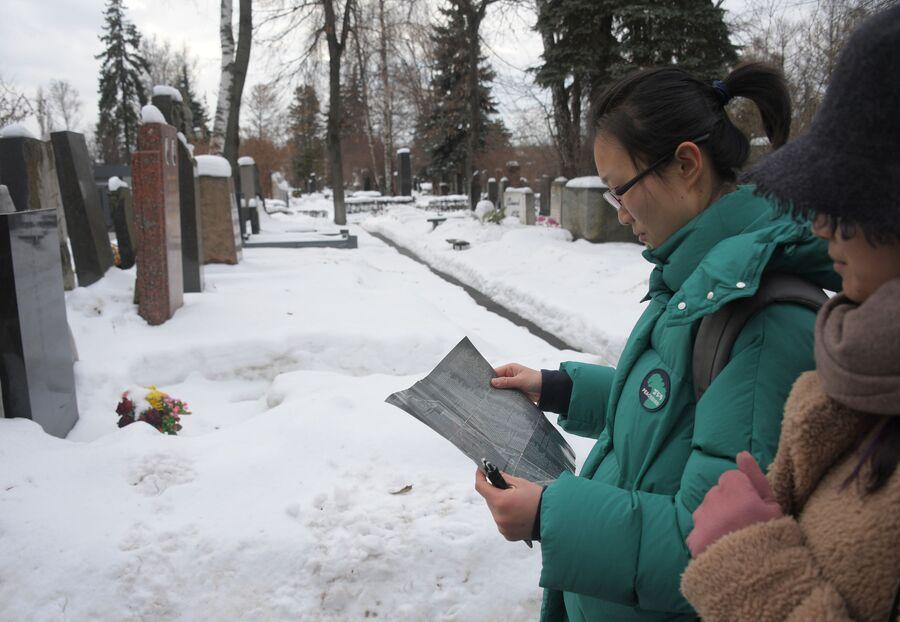 Туристы на Новодевичьем кладбище