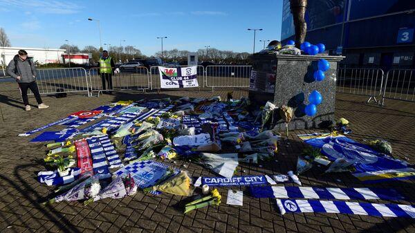 Мемориал возле стадиона Кардиффа в поддержку пропавшего без вести футболиста Эмилиано Салы