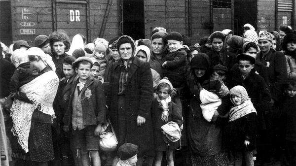 Группа евреев из Венгрии по прибытии в Освенцим летом 1944 года