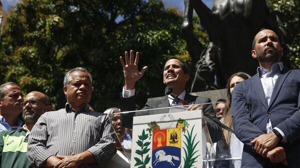 Лидер оппозиции Венесуэлы Хуан Гуаидо выступает на митинге в Каракасе