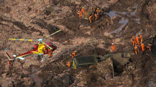 Спасатели на месте прорыва плотин на шахте корпорации Vale в штате Минас-Жерайс, Бразилия. 25 января 2019