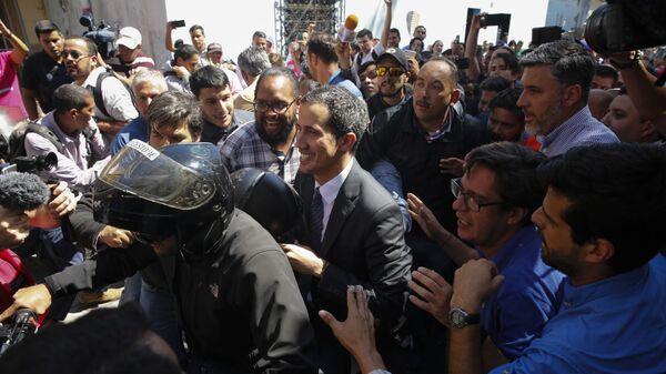 Спикер парламента Венесуэлы и лидер оппозиции Хуан Гуаидо, провозгласивший себя временным президентом страны после выступления на митинге в Каракасе