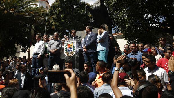 Спикер парламента Венесуэлы и лидер оппозиции Хуан Гуаидо, провозгласивший себя временным президентом страны во время выступления на митинге в Каракасе