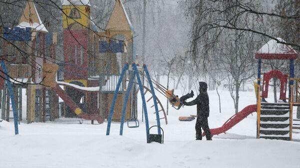 На детской площадке в Москве