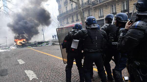 Сотрудники полиции во время протестной акции желтых жилетов в Париже