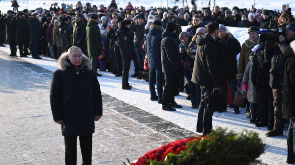 Владимир Путин на церемонии возложения цветов к монументу Мать-Родина на Пискарёвском мемориальном кладбище. 27 января 2019