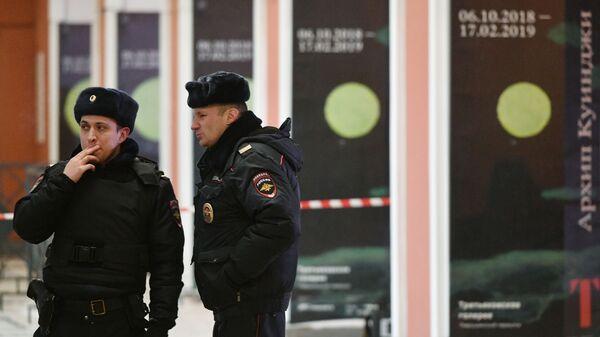 Сотрудники полиции у входа в Инженерный корпус Третьяковской галереи в Москве. 27 января 2019
