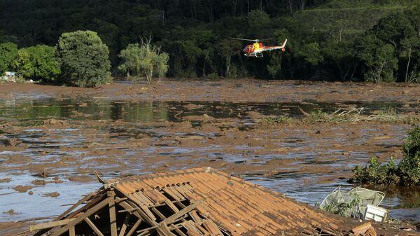 Спасатели на вертолете на месте прорыва плотин на шахте корпорации Vale в муниципалитете Брумадинью в Бразилии. 27 января 2019