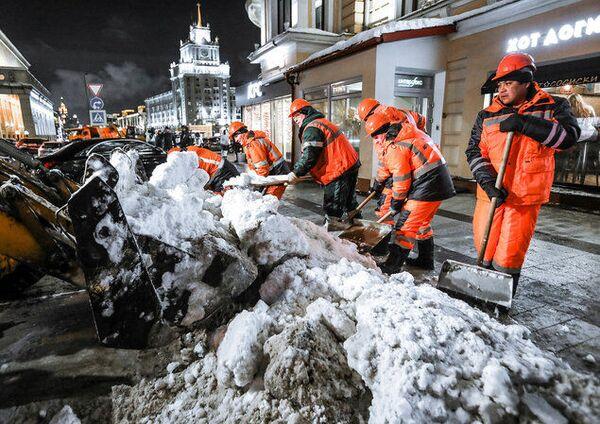 Уборка снега на улицах Москвы