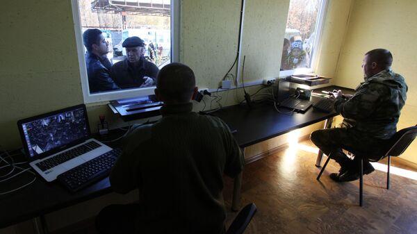 Паспортный контроль на КПП Александровка, соединяющем территорию Украины и ДНР