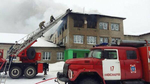 Сотрудники МЧС во время ликвидации пожара в школе поселка Красное Пламя Владимирской области