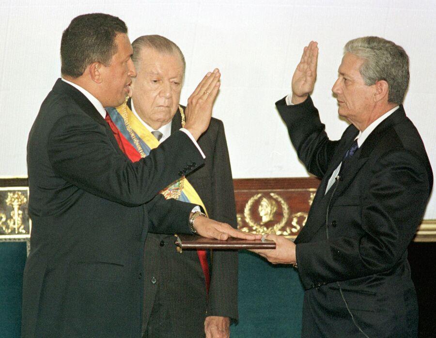 Избранный президент Венесуэлы Уго Чавес произносит текст присяги во время церемонии инаугурации. 2 февраля 1999 года