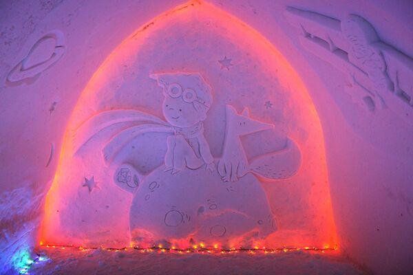 Снежный барельеф в Снежной деревне в городе Апатиты Мурманской области
