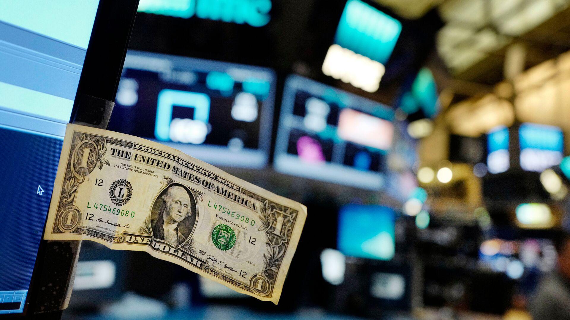Долларовая банкнота прикреплена к экрану компьютера трейдера на Нью-Йоркской фондовой бирже - РИА Новости, 1920, 12.11.2020