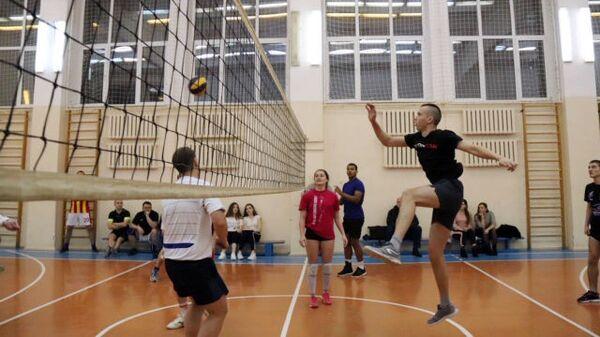 В Курске представители власти и волонтёры провели матч по волейболу