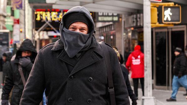 Мужчина в холодную погоду на Манхэттене в Нью-Йорке