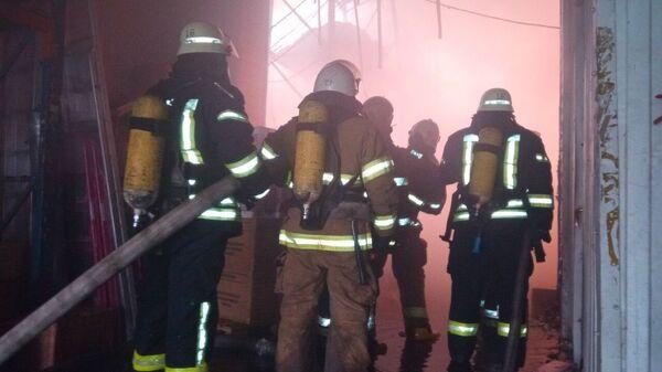 Сотрудники ДСНС Украины во время тушения пожара на территории складских помещений в Киеве. 2 февраля 2019