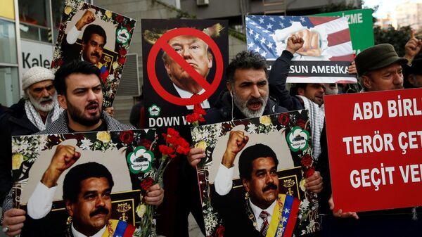 Акция в поддержку президента Николаса Мадуро у консульства Венесуэлы в Стамбуле, Турция